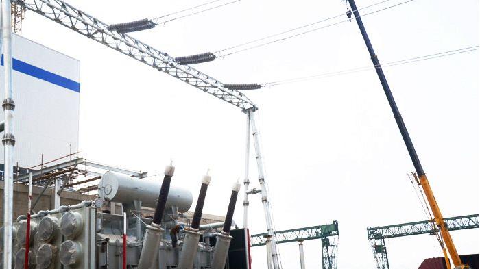 10月21日,织金项目2#机组主变压器及附件安装完成,为#2机220KV送出电奠定坚实的基础。 #2机组主变压器采用东芝变压器有限公司生产的SPF-795MVA/220kV无载调压变压器,主变压器本体重275吨,油重97吨,上接油箱25吨,为三相合体,变压器体积较大,真空要求高。18日上午,在工程处完成安全技术交底后,电自处施工人员在厂家配合下破除本体氮气并开始安装工作。中午烈日当空,安装人员为抢抓好天气挥汗如雨,加班加点,最终用时两天完成附件安装,为主变的安装赢得了宝贵时间。20日主变具备了安装条件,